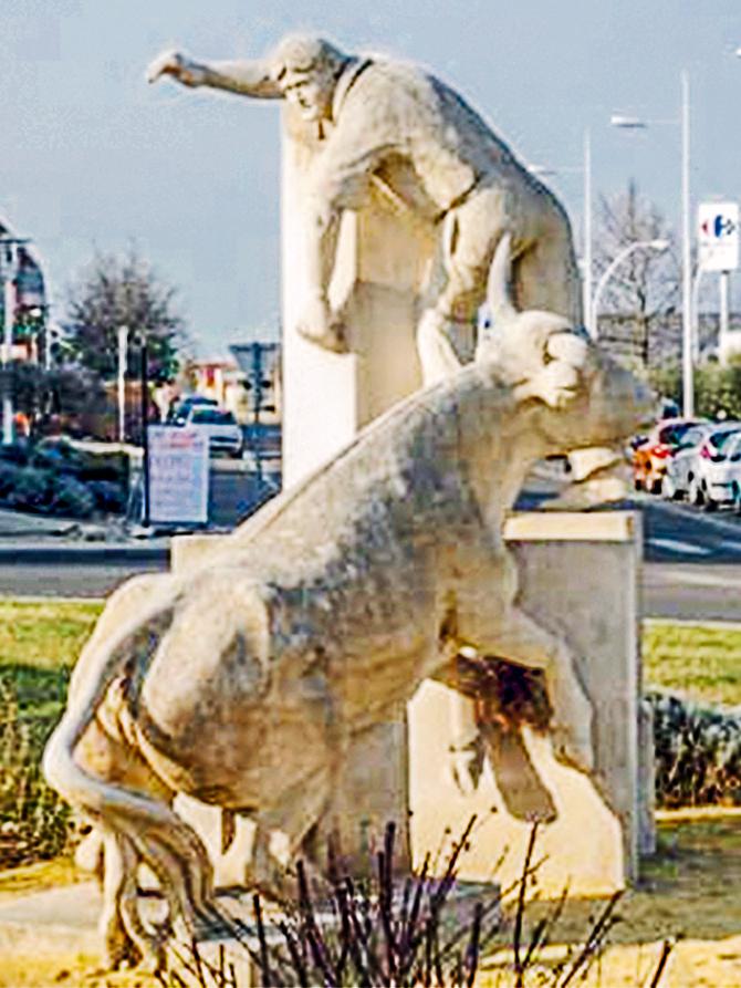 Statue de razeteur et taureau